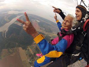 Con 100 años haciendo paracaidismo